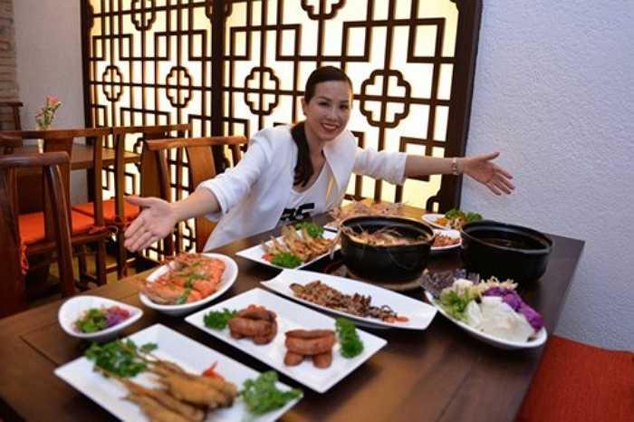 Hoa hậu Thu Hoài với nhà hàng Vương quốc Tôm, các món được chế biến theo phong cách ẩm thực Đài Loan cũng 'thuyết phục' được nhiều khách hàng khó tính.