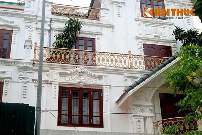 Biệt thự đôi đem lại hiệu quả cao trong thiết kế kiến trúc vì có thể tạo ra những ngôi biệt thự ghép khối đồ sộ và tận dụng tối đa diện tích khu đất. Hệ cửa nâu đỏ và ban công sơn màu vàng đồng khá nổi bật trên nền sơn trắng của ngôi nhà.