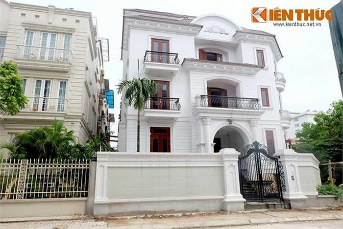 Nổi bật so với nhiều công trình khác, một căn biệt thự rộng lớn nằm trong khu Trung Kính (Hà Nội) cũng chọn màu sơn trắng sáng và nhiều nét kiến trúc cổ điển.