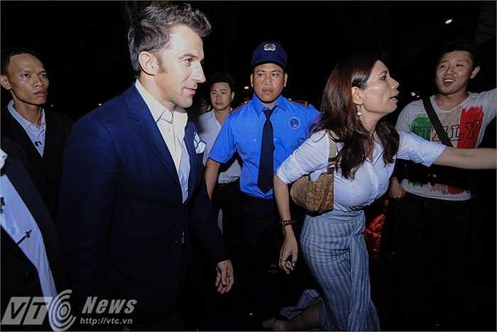 Ngay từ ngoài sảnh, các CĐV Việt Nam đã hô lớn: 'Chào mừng Del Piero', 'Chúng tôi yêu anh'...