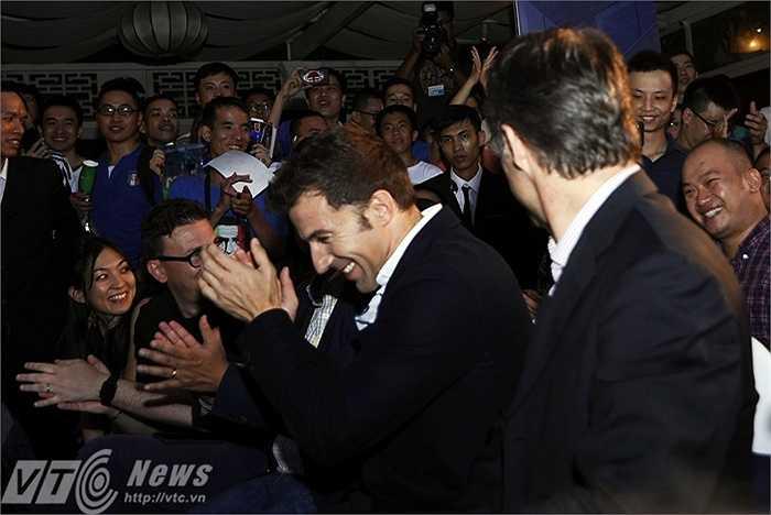Del Piero nhiệt tình tán thưởng một cuộc đấu giá gây quỹ từ thiện trong chương trình