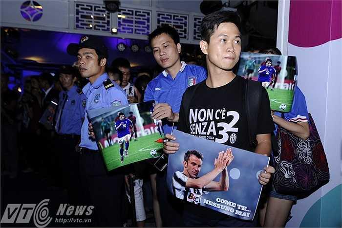 Bất chấp cơn dông khủng khiếp chiều 13/6, các tifosi Việt Nam vẫn dành trọn tình yêu cho Del Piero