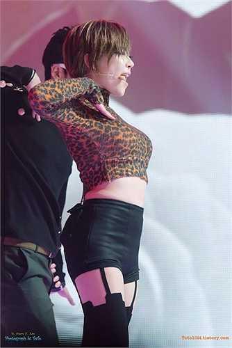 Son Ga In thiêu đốt sân khấu khi dện áo crop cổ lọ kết hợp quần short da kèm legging.