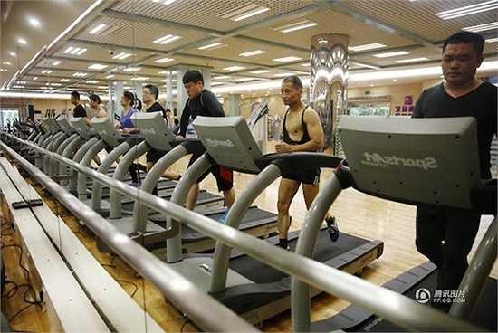 Từng tập luyện thời thanh niên rồi tạm nghỉ, ông quay lại phòng gym vào năm 67 tuổi