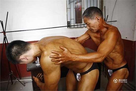 Ông luyện tập mỗi ngày, có thể dễ dàng thực hiện 120 cái hít đất trong 1 phút hay đẩy tạ ở mức 100kg