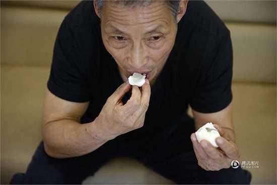 Ông Ying bổ sung năng lượng từ lòng trắng trứng
