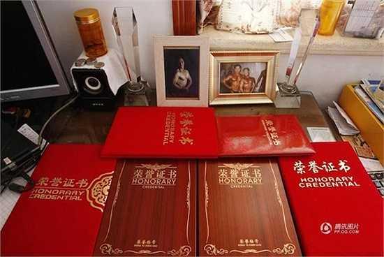 Những thành tích, ảnh lưu niệm của ông Ying