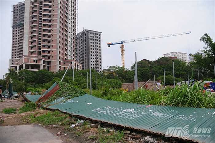 Những tấm tôn rào quanh công trình đang thi công đổ rạp vì gió lốc