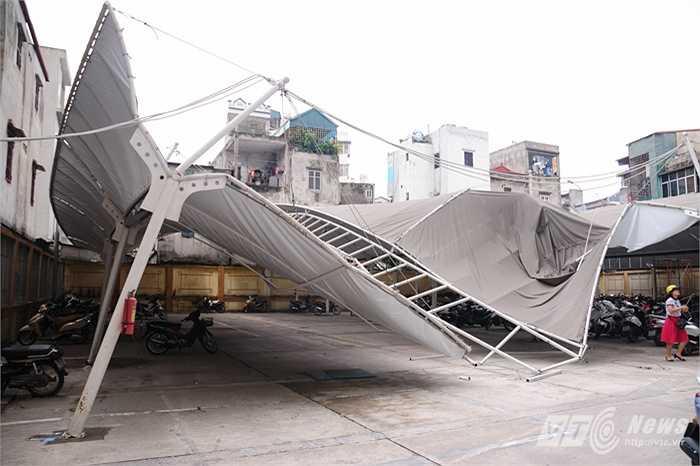 Mái nhà xe một tòa nhà văn phòng ở Tam Trinh bị gió quật đổ