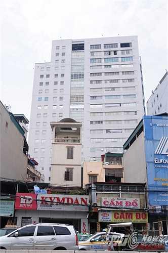Tòa nhà văn phòng bị cơn giông chiều 13/6 tấn công