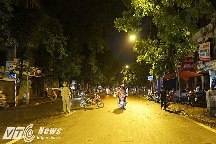 Lực lượng cảnh sát, công an đã phải ra đường ngay sau cơn giông để chỉ dẫn người dân không đi vào khu vực cây đổ.