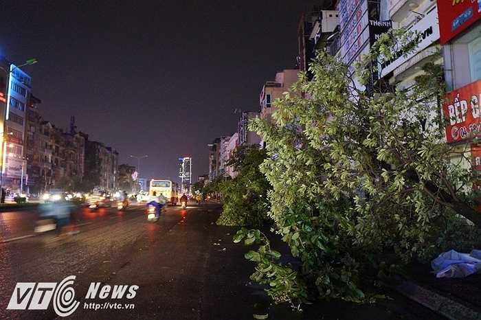Cơn giông kéo dài trong vòng 45 phút với sức gió kinh khủng khiến cho người dân không khỏi kinh hãi như vừa chứng kiến ngày tận thế.
