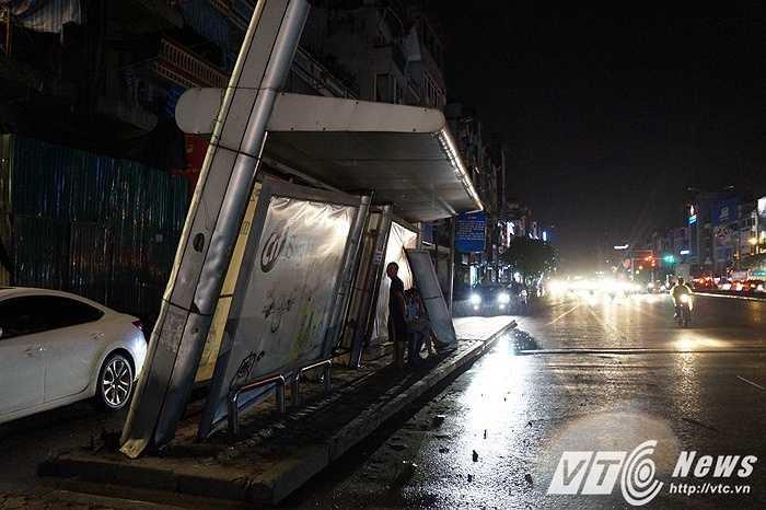 Khu vực chờ xe buýt cũng bị xiêu vẹo sau cơn gió.