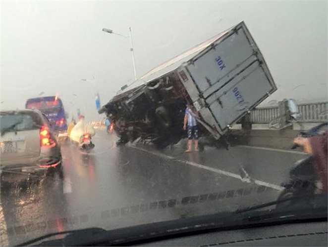 Hình ảnh chiếc ô tô bị cơn cuồng phong hất văng khi lưu thông trên cầu Vĩnh Tuy