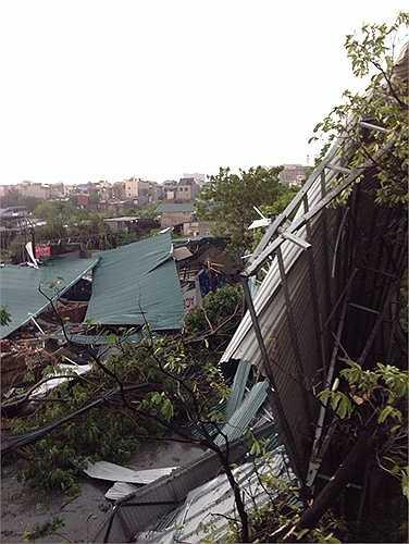 Nhà cửa, nhà xưởng tan tác sau cuồng phong ở Hà Nội
