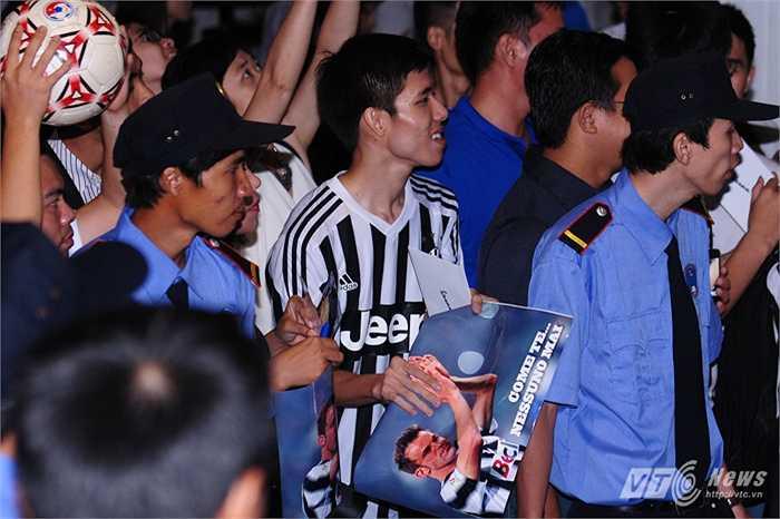 Người hâm mộ đứng chờ Del Piero trong cơn giông khủng khiếp