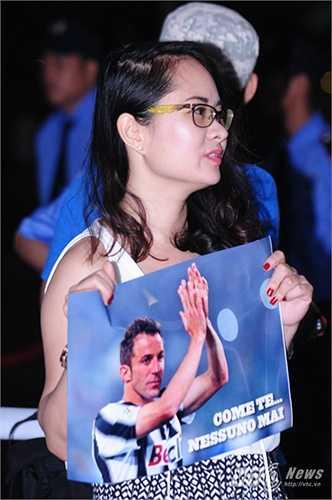 Một fan nữ với bức ảnh của thần tượng