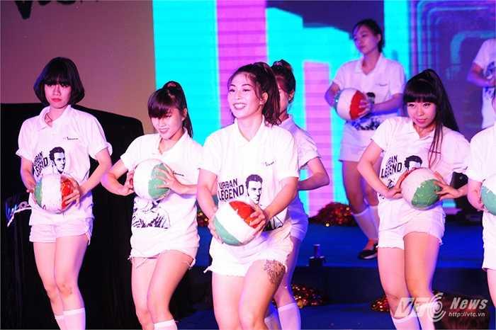 Các vũ công khuấy động cho sự kiện có sự góp mặt của Del Piero