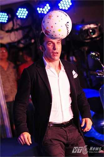 Del Piero diện suit tâng bóng trước sự chứng kiến của hàng trăm fan hâm mộ Hà Nội