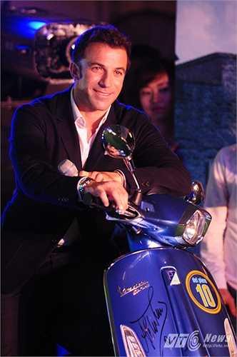 Del Piero bên chiếc Piaggio đặc biệt được làm riêng cho anh