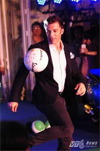 Trong sự kiện tối 13/6 có sự xuất hiện của nhiều người hâm mộ anh cũng như yêu thích xe Piaggio