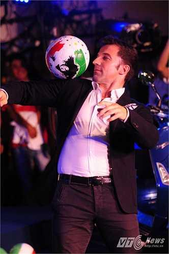 Chàng tuyển thủ hào hoa người Ý tâng bóng trên sân khấu