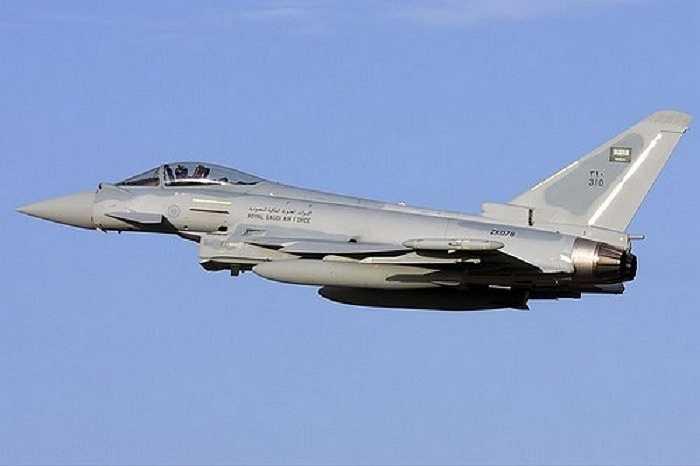 Eurofighter Typhoon, sản phẩm hợp tác của Anh, Đức , Tây Ban Nha và Italia, là máy bay phản lực chiến đấu tiên tiến nhất có thể đồng thời tấn công các mục tiêu trên không và mặt đất