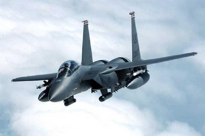 Được thiết kế bởi McDonnell Douglas, F-15 Eagle có  hai động cơ, có thể chiến đấu trong mọi thời tiết