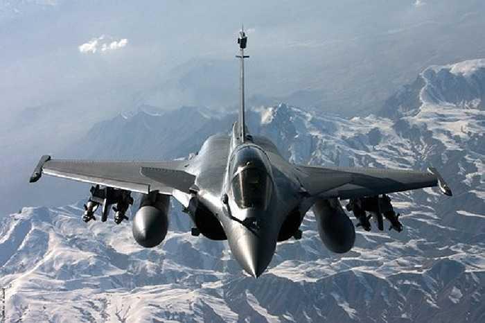 Dassault Rafale là loại máy bay chiến đấu đa chức năng cánh tam giác với hai động cơ nhanh nhẹn của Pháp, do công ty Hàng không Dassault thiết kế và sản xuất