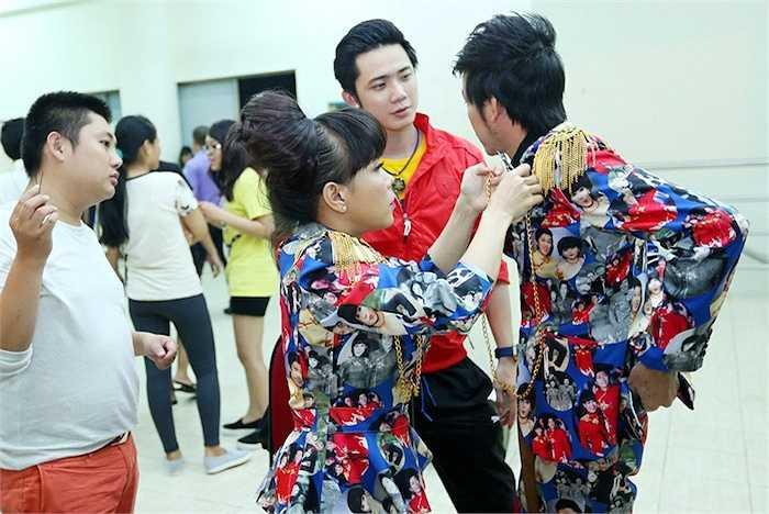 Trong hậu trường của chương trình 'Cười xuyên Việt 2015', hình ảnh chăm sóc nhau của 'vợ chồng Sáu Bảnh' khiến các fans vô cùng thích thú.