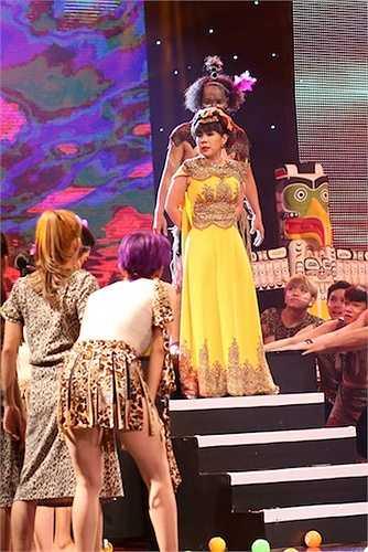 Nhờ sự phối hợp ăn ý trên sân khấu, Việt Hương và Mạc Văn Khoa đã đem đến những tràn cười sảng khoải gửi đến khán giả.