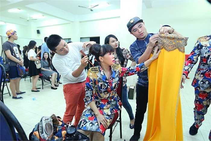 Việt Hương rất cẩn thận xem xét trang phục làm giám khảo của mình.