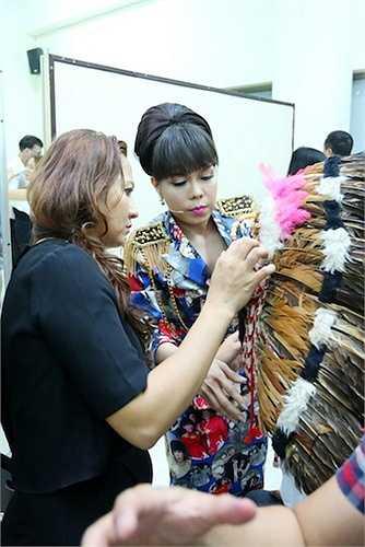 Trước khi lên sân khấu, Việt Hương dành không ít thời gian chăm sóc, chuẩn bị cho thí sinh Mạc Văn Khoa, thí sinh mà nữ danh hài sẽ hỗ trợ.