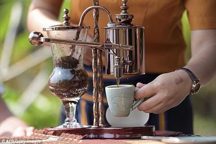 Nổi tiếng với cách chế biến tinh tế, cà phê voi chỉ được phục vụ ở một số khu nghỉ mát 5 sao tại Thái Lan, Malaysia và Maldives. Tại sòng bạc Macau, cà phê voi chỉ được phục vụ ở những phòng đánh bạc VIP.