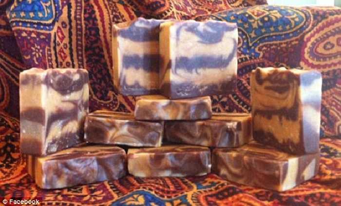 Người sáng tạo ra loại bánh xà phòng thơm đặc biệt này là Tina Anker, một doanh nhân ở bang Pennsylvania (Mỹ). Nguyên liệu chính để Tina làm xà phòng là sữa mẹ.