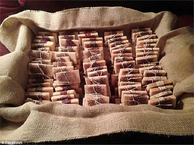 Tina thậm chí còn sản xuất xà phòng thơm theo đơn đặt hàng dành cho những dịp đặc biệt. Trong ảnh là những bánh xà phòng thơm dùng riêng cho đám cưới.
