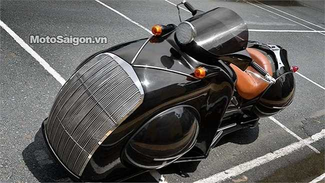 Chiếc môtô dưới đây có tên là Mamus, được độ bởi tay độ Phi Long, đến từ Sài Gòn. Trước đó Motor Phi Long vốn nổi tiếng với các sản bẩn độ như Kawasaki Z1000 độ ba bánh, Kawasaki Z1000 và Suzuki BKing độ lại gắp sau và bánh sau kích thước lớn.