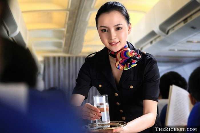 Nếu bạn không thấy có vấn đề gì với việc phải dành nhiều tiếng đồng hồ trên trời, thì tiếp viên hàng không chính là lựa chọn công việc hoàn hảo. Công việc này cho bạn cơ hội tới nhiều nơi trên thế giới.