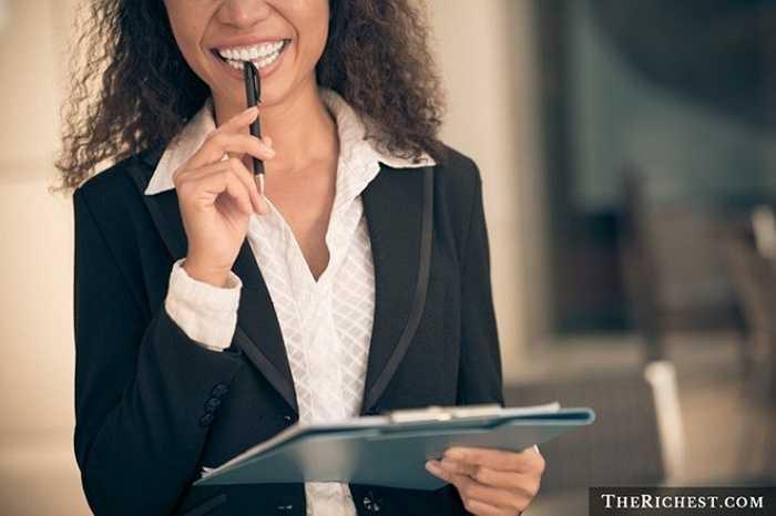 Giám đốc điều hành tại những công ty lớn thường rất bận rộn nên họ cần những trợ lý. Người này sẽ giúp họ sắp xếp lịch làm việc, nhận cuộc gọi, giám sát đội ngũ nhân viên và quan trọng hơn cả là giúp cho cuộc sống của họ không bị xáo trộn. Công việc của trợ lý thường xuyên thay đổi phụ thuộc vào yêu cầu của sếp.