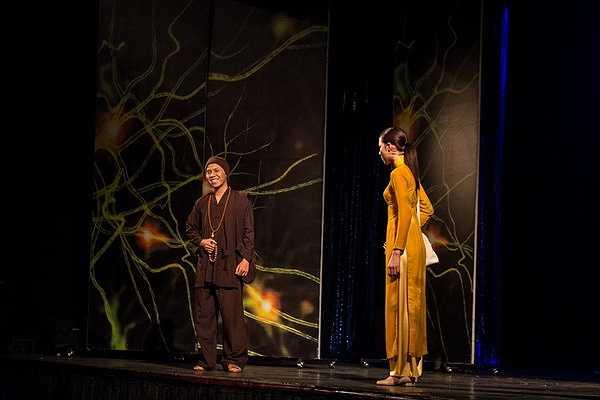 Vốn được đào tạo từ trường sân khấu điện ảnh, á khôi áo dài Lệ Quyên đã thử thách mình trong vai diễn đầy nội tâm, chiều sâu tâm lý trong vở kịch được dàn dựng bởi NSƯT Đoàn Bá