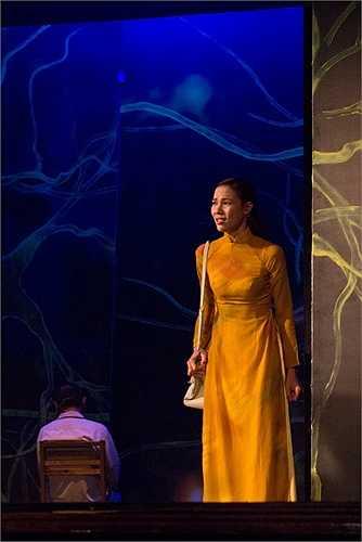 Mặc dù đã tham gia trên dưới 10 bộ phim, á khôi Lệ Quyên lần đầu tiên bén duyên với sân khấu kịch trong vở diễn được NSƯT Đoàn Bá dành nhiều tâm huyết