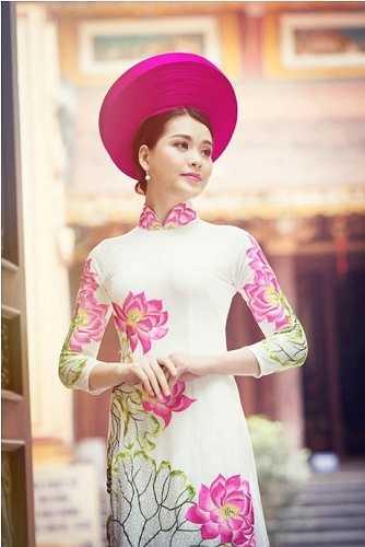 Ngoài những hoạt động đóng phim, dẫn chương trình, trong thời gian rảnh rỗi của mình, Linh thường xuyên thực hiện các bộ ảnh.