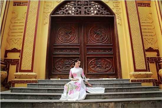 Với Linh, chiếc áo dài có họa tiết hoa sen là biểu trưng cho tâm hồn người phụ nữ dịu dàng, thuần Việt.
