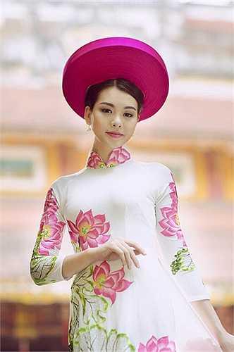 Học ở môi trường Ngoại giao, Khánh Linh cũng không ngại ngần tận dụng khả năng hoạt ngôn của mình, để rồi trở thành MC duyên dáng, linh hoạt ở các chương trình: Tôi đẹp, Sắc xuân, Muôn màu cuộc sống…