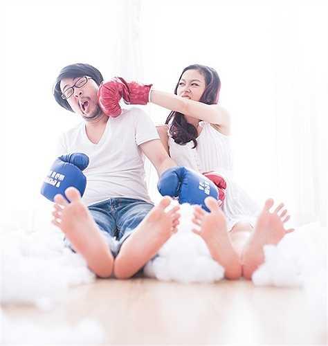 Ban đầu, mối tình không suôn sẻ như nhiều cặp đôi khác. Phong Anh và Diệu Linh từng chia xa thời gian dài. 'Năm 2013, chúng mình nhận ra tình cảm không thể nguôi ngoai và quyết định quay về bên nhau' - cô dâu chia sẻ.