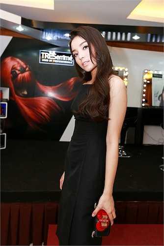 Hoa hậu Việt Nam 2014 gây ấn tượng với làn da trắng hồng và mái tóc suôn dài duyên dáng.
