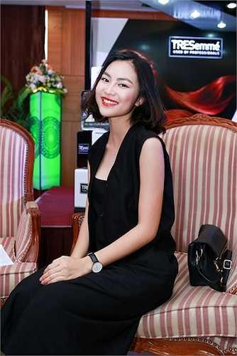 Fashionista Helly Tống trong trang phục thanh lịch, sang trọng cũng khiến nhiều người bị thu hút bởi vẻ đẹp của cô