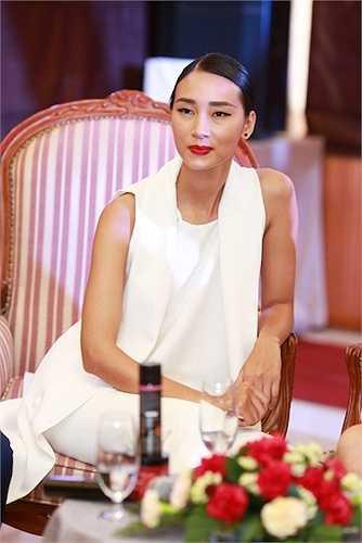 Riêng Trang Khiếu cũng cho biết cô luôn tự tin với mái tóc dài và thẳng của mình, có thời gian Trang Khiếu từng rất 'ngầu' với mái tóc tém, nhưng khi làm việc tại thị trường thời trang thế giới chính mái tóc dài mới khiến cô ghi điểm trước các nhà thiết kế và các chuyên gia thời trang.