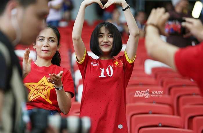 Kết thúc trận tranh hạng 3 với chiến thắng thuộc về U23 Việt Nam, Hòa Minzy hạnh phúc gửi lời yêu thương đến Công Phượng. (Ảnh: Phạm Thành)