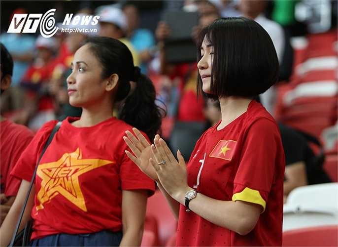 Hòa Minzy hò hét cổ vũ cho Công Phượng.(Ảnh: Phạm Thành)